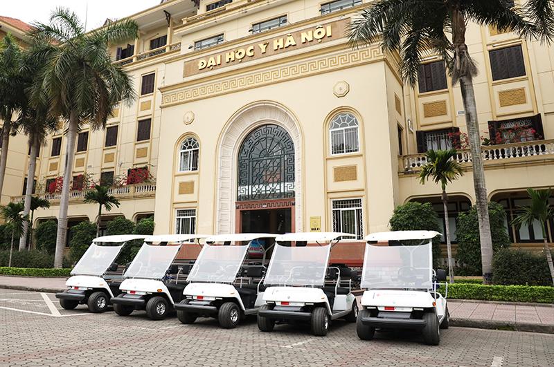JVC trao tặng và bàn giao 05 xe ô tô điện chuyên dụng cho Bệnh viện Đại học Y Hà Nội.