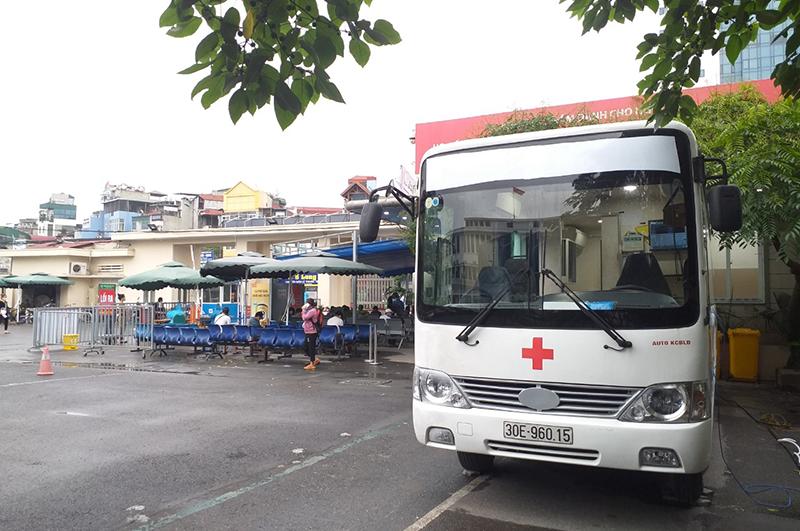 Xe khám sức khỏe lưu động của JVC tại Bệnh viện Bạch Mai.